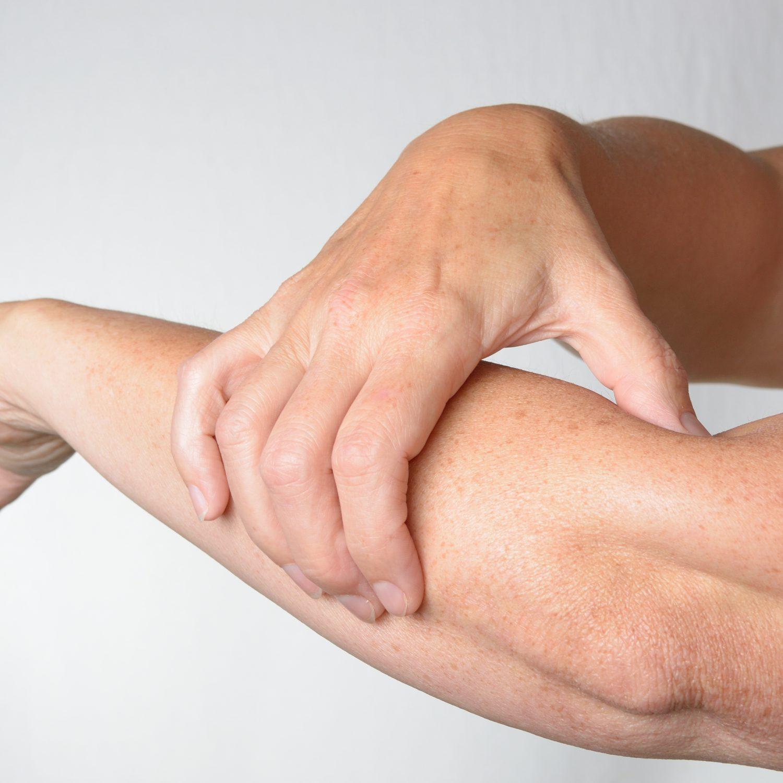 Stimulation eines Torpunktes in der  Allergietherapie quer